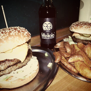 Links: Marienburger (5,50€) / Rechts: Hawaii-Burger (4,50€)