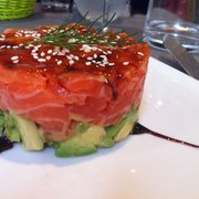 Superposition de tartare de saumon et avocat